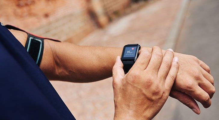 Fitness-Tracker bieten auch bei Nordic Walking nützliche Statistiken