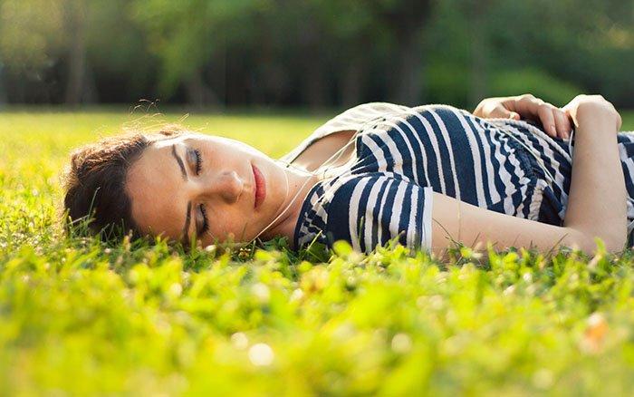 Frühjahrsmüdigkeit: Symptome, Ursachen und 8 wirkungsvolle Methoden, die dagegen helfen