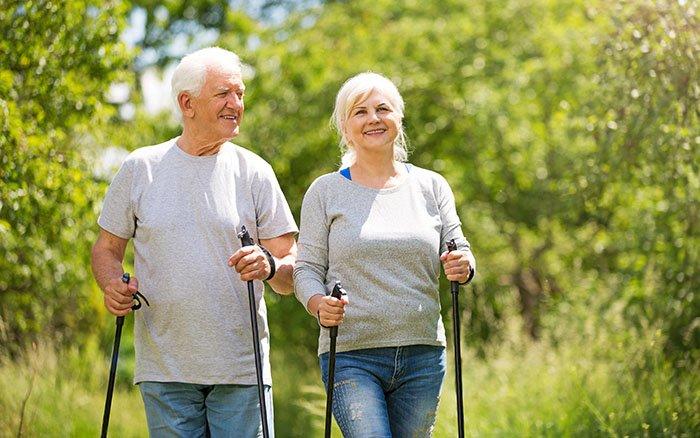 Nordic Walking für Senioren: Ein Jungbrunnen für ältere Semester?