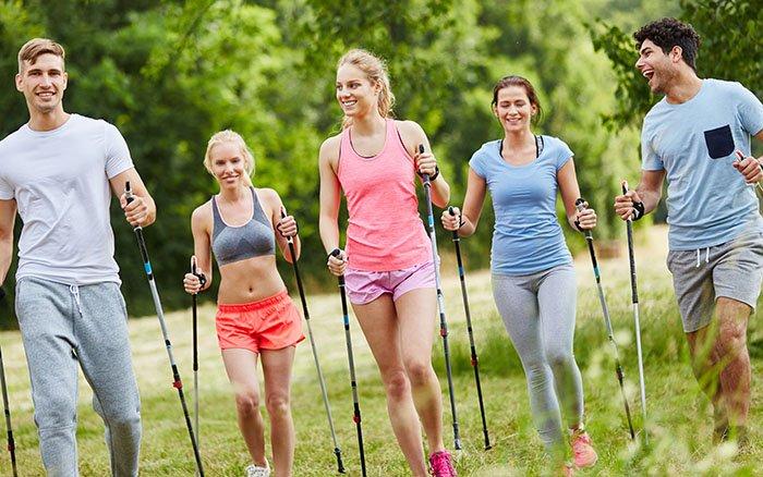 Nordic Walking im Sommer: 9 Tipps, um der Hitze zu trotzen